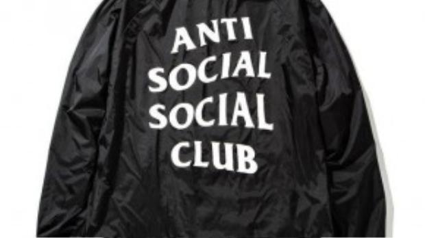 """8. Anti Social Social Club: Có một sự bí ẩn trong các thiết kế của hãng thời trang này. Hầu hết các sản phẩm của Anti Social Social Bluc đều có tên và thông tin sản phẩm không liên quan với nhau. Tuy nhiên, sự """"không ăn nhập"""" này giúp các sản phẩn của hãng đều được tiêu thụ trong tích tắc."""