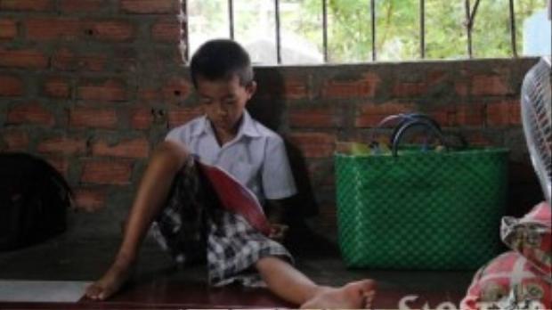 Tuấn tự học khi không có mẹ ở nhà. Góc cửa sổ là nơi lí tưởng nhất để Tuấn chọn làm nơi học bài.
