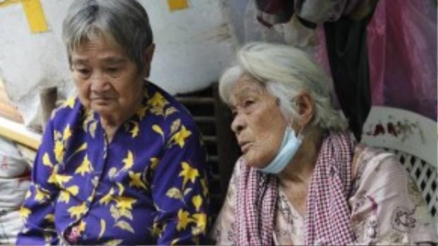 Bà Mai và bà Trắng bị bệnh tim, sức khỏe đã yếu nhưng hằng ngày vẫn phơi mình dưới trời.