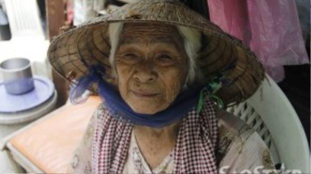 Bà Trắng vui vẻ khi có người đén thăm.