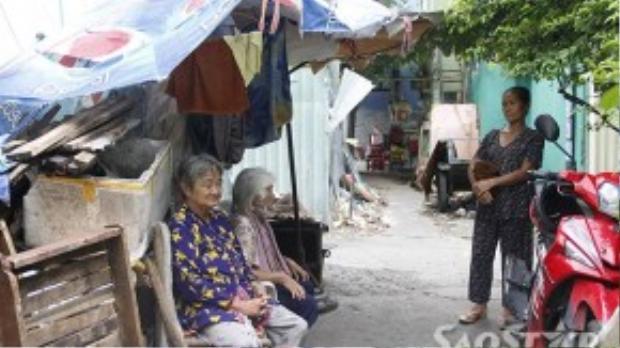 Căn lều nhỏ chỉ dủ chỗ cho hai bà cụ ngồi nép mình.