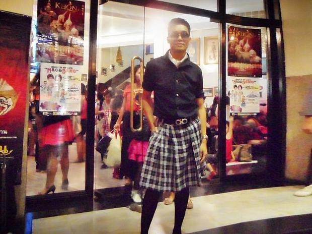 Truy tìm chàng trai mặc váy xẻ tà gây sốc trên thảm đỏ VIFW 2015