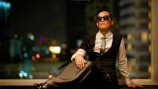 Biểu cảm khá ủy mị của Davis Pranlapon khi chụp ảnh với vest và váy.