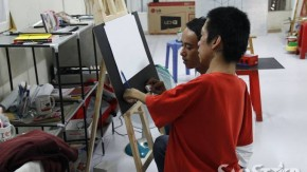 """Anh Bảo- một học trò lâu năm của Châu chia sẻ: """"Tôi thấy Châu không những vẽ đẹp, tận tình chỉ dạy mà anh cũng rất vui tính nữa. Một người khuyết tật nhưng đầy nghị lực như Châu rất đáng quý trọng""""."""