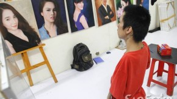 Những bức vẽ chân dung thường mất khoảng 10 ngày mới hoàn thiện. Mỗi bức tranh trên chất liệu sơn dầu có giá 2 triệu đồng.