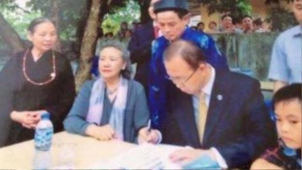 Hình ảnh ôngBan Ki-moon đang ghi lưu bút trong chuyến thăm nhà thờ dòng họ Phan Huy, dưới chân núi Chùa Thầy, Sài Sơn, Xứ Đoài.