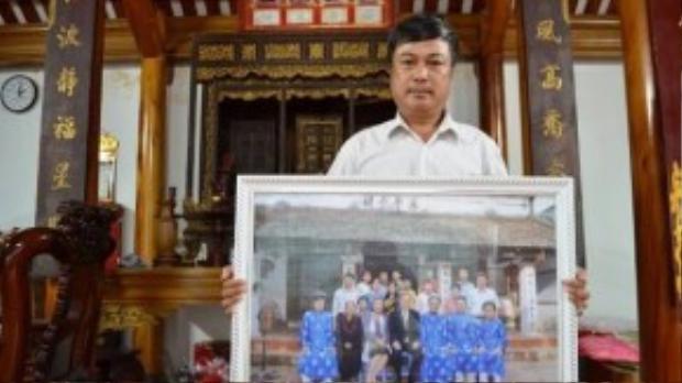 Ông Phan Huy Thanh cùng tấm hình chụp với Tổng Thư ký Liên Hiệp Quốc trước nhà thờ họ Phan Huy.