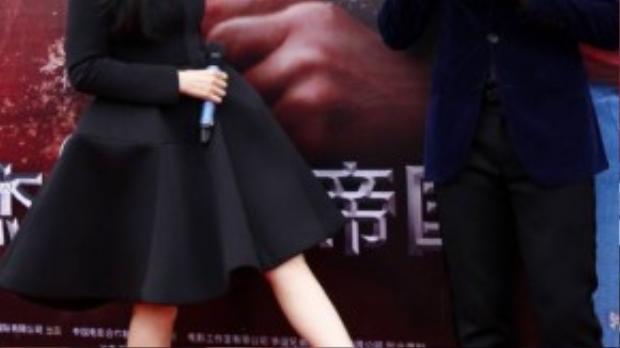 """Gần đây báo chí đưa tin, Phạm Băng Băng và Lý Thần sắp cưới. Đối diện câu hỏi này, cô không phủ nhận cũng như thừa nhận. """"Mọi chuyện chỉ tùy vào số phận"""" - cô chia sẻ."""