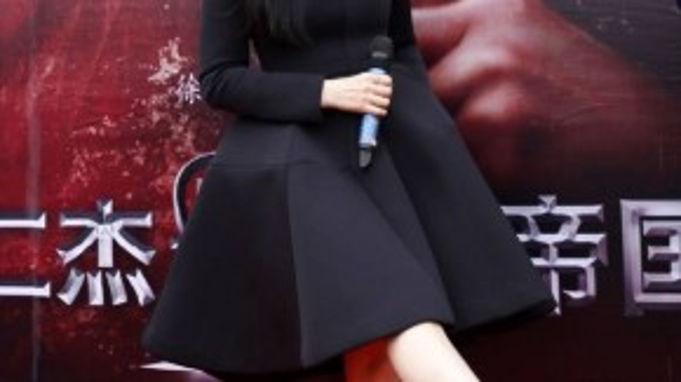 Người đẹp họ Phạm mặc váy đen, khéo khoe đôi giày cao gót chênh vênh. Gần đây có tin người đẹp mang thai nên hình ảnh này khiến nhiều người hoài nghi.