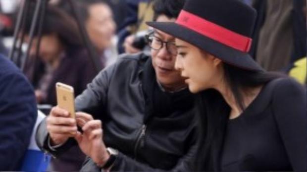 Phạm Băng Băng vào chiều ngày 31/10 tham dự sự kiện quảng bá của một thương hiệu tại Bắc Kinh (Trung Quốc). Cô vui vẻ trò chuyện với ban tổ chức trước giờ lên sân khấu.