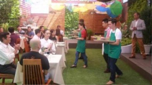 Các đội thi bắt đầu phục vụ khách.