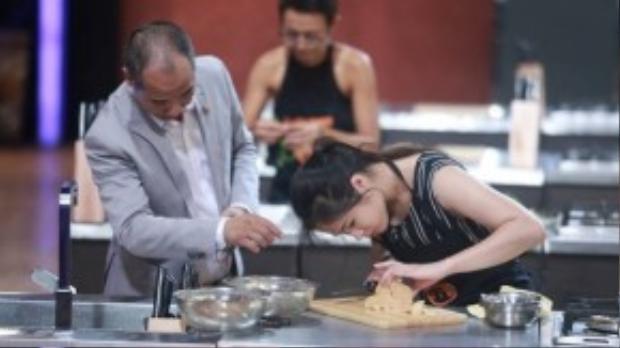 Nữ đầu bếp loay hoay xử lý gan ngỗng.