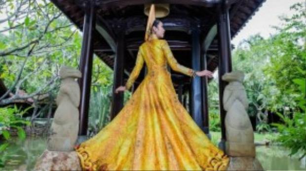 Trang phục dân tộc của Thúy Vân được thực hiện bắt đầu từ cách đây hơn 3 tháng bởi NTK Huỳnh Hải Long và Đặng Thế Huy. NTK Huỳnh Hải Long là quán quân của cuộc thi Vietnam Collection Grand Prix năm 2009.