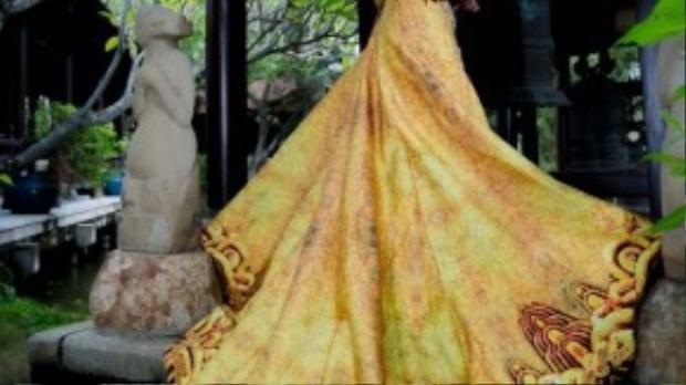 Anh có thế mạnh thiết kế các trang phục mang cảm hứng dân tộc với những hiểu biết sâu sắc về văn hóa Việt Nam và các quốc gia Châu Á.