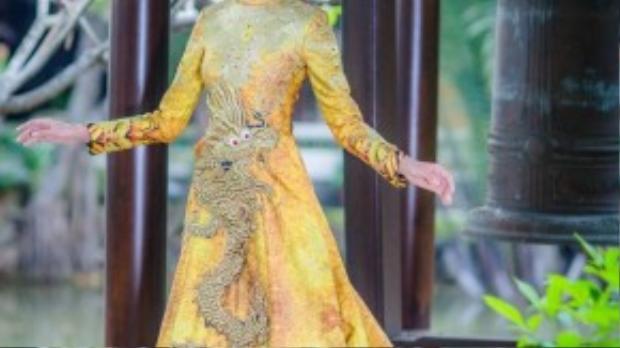 Bộ trang phục đại diện cho văn hóa truyền thống của Việt Nam lấy màu chủ đạo là vàng đồng - màu sắc của sự sang trọng, vương giả nhưng không kém phần tinh tế.
