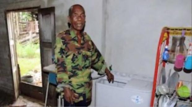Ông Zainol là người phát hiện ra đứa bé bị bỏ rơi ngay trong máy giặt nhà mình.