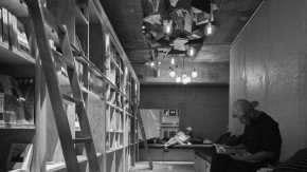 Sách tại khách sạn có cả hai ngôn ngữ tiếng Nhật và tiếng Anh, phục vụ nhiều đối tượng.