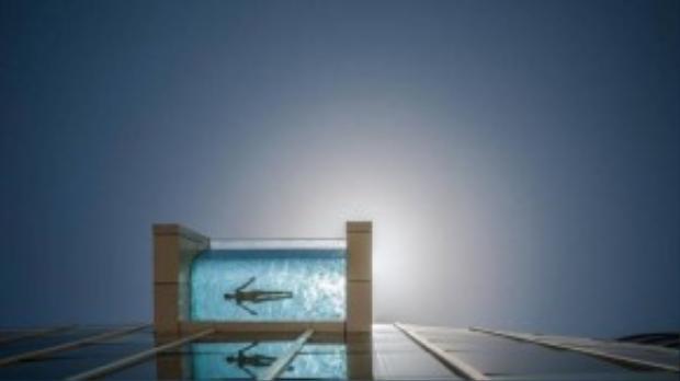 Bể treo InterContinental Dubai (Các Tiểu vương quốc Ả Rập Thống nhất): Nhô ra từ tầng 4 của khách sạn InterContinental tại Dubai, bể bơi này đem lại cho du khách trải nghiệm khó quên. Bạn sẽ có cảm giác như đang lơ lửng giữa không trung, trong lúc ngắm nhìn đường chân trời lộng lẫy của Dubai. Ảnh: Intercontinental.