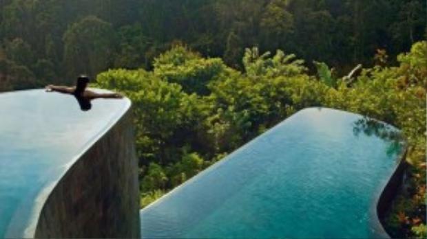Bể bơi vô cực Hanging Gardens (Indonesia): Bể bơi có thiết kế ấn tượng nhìn ra khu rừng xanh mướt này thuộc khuôn viên khách sạn Ubud Hanging Gardens ở Bali. Du khách có thể bơi ra sát mép bể bơi để thư giãn và ngắm nhìn khung cảnh hoàng hôn lộng lẫy. Ảnh: Meetingsbooker.