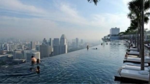 Bể bơi khách sạn Marina Bay Sands (Singapore): Nằm ở tầng 55 của khách sạn Marina Bay Sands, đây là bể bơi ngoài trời lớn nhất thế giới ở độ cao 216 m. Từ đây, du khách có thể ngắm nhìn Singapore trong lúc thư giãn. Ảnh: Humblerooster.