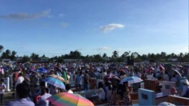 Rất đông người dân Trà Vinh cũng đến dự lễ Các Đẳng Linh Hồn