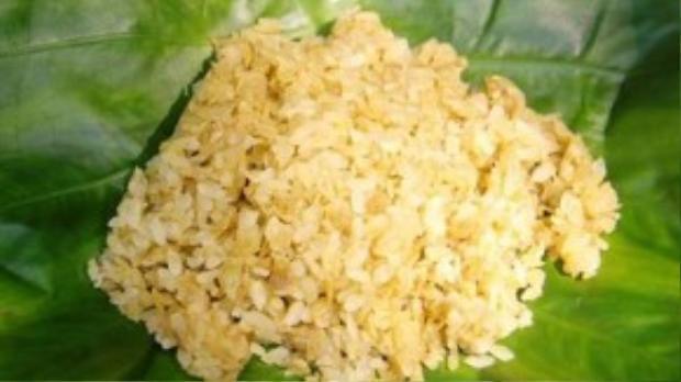 Cốm: Món ăn làm từ lúa nếp non có sức hấp dẫn kỳ lạ mỗi độ thu về. Cốmđược gói trong những chiếc lá sen đượm cả vị thơm thảo của đồng quê, theo chân từng bước gánh gồng của các bà các chị đến với nơi phố xá.