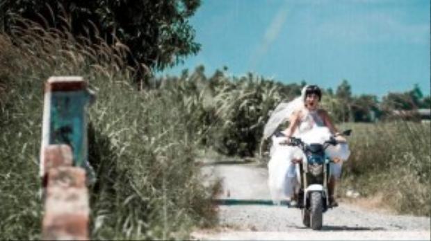 Thúy Nga vừa tiết lộ loạt ảnh đầu tiên nằm trong một dự án sẽ ra mắt vào cuối năm nay của mình. Danh hài khác lạ khi chơi trội diện váy cô dâu, phi tốc độ trên một chiếc mô tô phân khối lớn khiến không ít khán giả tỏ ra thích thú.
