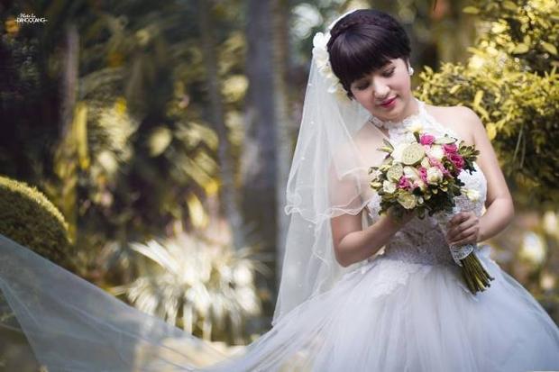 Thúy Nga chịu chơi khi mặc váy cưới lái mô tô khủng