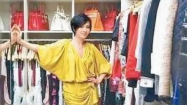 Lưu Gia Linh bên tủ đồ toàn hàng hiệu.