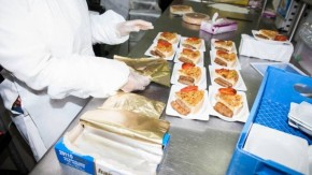 Từng khẩu phần ăn được chuẩn bị cẩn thận, bao gồm các món ăn chính, đồ tráng miệng…