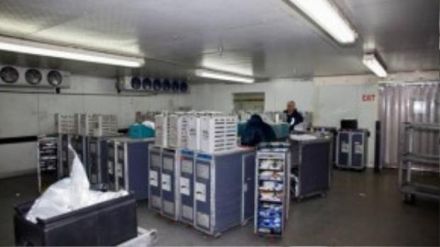 Sau đó các tủ đồ ăn này được chuyển vào phòng lạnh hơn, các nhân viên ở đây phải mặc áo khoác dày chống lạnh.
