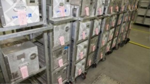 Khẩu phần và số lượng cho từng chuyến bay được đặt trong từng hộp thiếc và đánh dấu thông tin cụ thể.