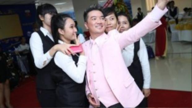 Trước khi ra về, Đàm Vĩnh Hưng nán lại dành thời gian chụp ảnh lưu niệm với các fan.