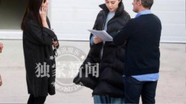 Mới đây, các tay săn ảnh báo QQ đã có mặt ghi lại khoảnh khắc trên phim trường ở Bắc Kinh của Phạm Băng Băng. Cô mặc trang phục cổ trang, khoác áo đen và chăm chú đọc kịch bản.