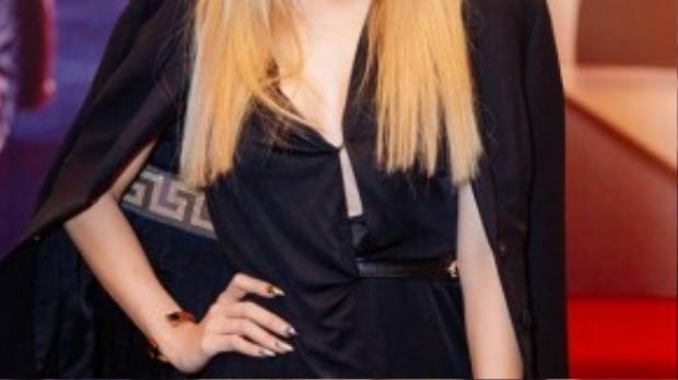 Đông Nhi gây bất ngờ với mái tóc vàng bạch kim. Nữ ca sĩ diện bộ trang phục đen cá tính, kèm theo chiếc ví xách tay cùng của thương hiệu Versace. Cách trang điểm theo tông màu tóc cũng giúp Đông Nhi trông cá tính và khác lạ nhưng già đi đến chục tuổi, hình ảnh này ngay lập tức khiến fan bình luận sôi nổi.