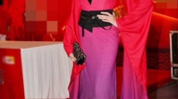 Võ Hoàng Yến nổi tiếng với gu thời trang độc đáo và luôn gây chú ý ở bất cứ nơi nào cô nàng xuất hiện. Thế nhưng với bộ trang phục lòe loẹt thêm màu tóc vàng cháy, Hoàng Yến già dặn như một diễn viên kịch cổ trang.