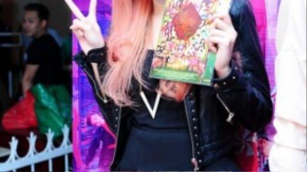 Minh Hằng hóa thành cô gái rô bốt với mái tóc nhuộm hồng rực rỡ trong buổi ký tặng album.
