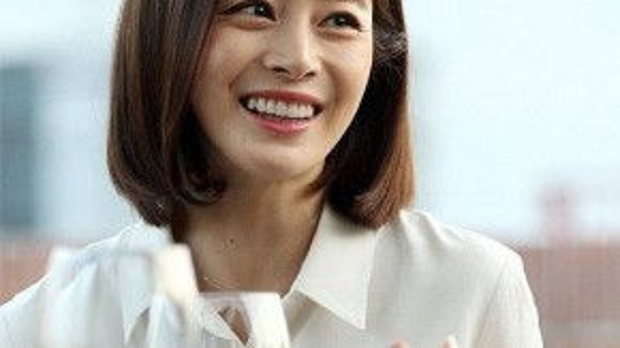 Khi được đề cập đến nhan sắc bị ảnh hưởng bởi thời gian, Kim Tae Hee cho biết cô bắt đầu e dè nếp nhăn. Được mệnh danh là một trong những người đẹp mặt mộc của showbiz Hàn, loạt ảnh mới cũng cho thấy những nếp nhăn đã xuất hiện nhiều hơn trên gương mặt Kim Tae Hee, đặc biệt là ở đuôi mắt và khóe miệng. Làn da của kiều nữ cũng kém mịn màng, mượt mà.