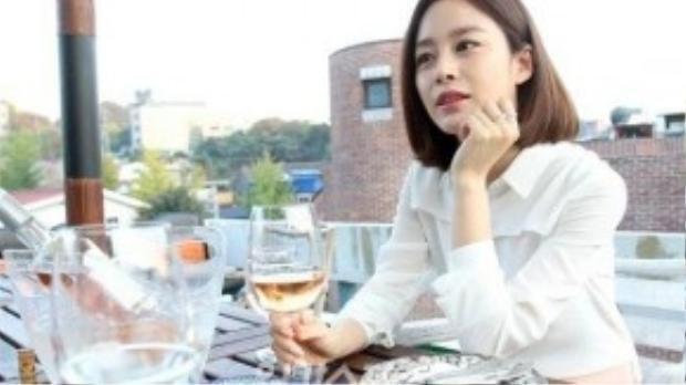 """""""Chúng tôi phải chung sống với việc bị chú ý. Tuy nhiên, tôi hy vọng người ta sẽ không đặt điều về chuyện của chúng tôi"""" - Kim Tae Hee chia sẻ."""