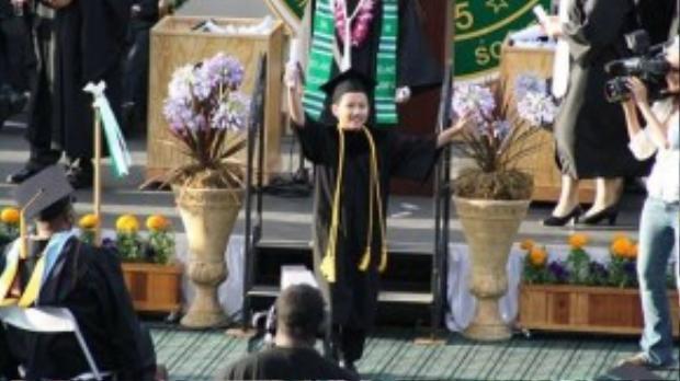 Kai được tuyên dương là cử nhân nhỏ tuổi nhất tốt nghiệp đại học Đông Los Angeles với điểm số rất cao 4.0.