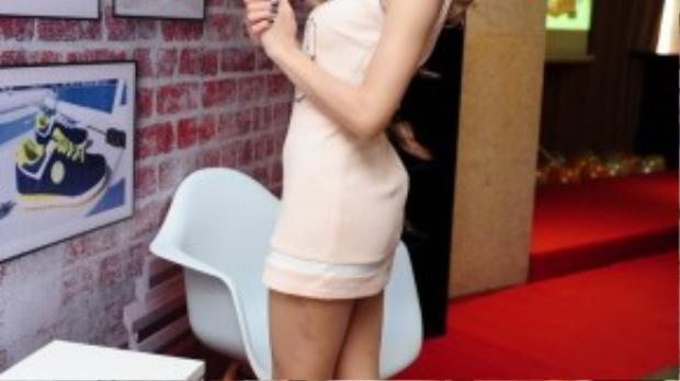 Sáng ngày 3/11, nữ ca sĩ Trang Pháp cùng đông đảo các nghệ sĩ trẻ đến tham dự một sự kiện ra mắt thương hiệu giày Hàn Quốc về Việt Nam. Trang Pháp diện váy thể thao ngắn kết hợp cùng giày sneaker và nón đinh tán cực phong cách đi sự kiện.