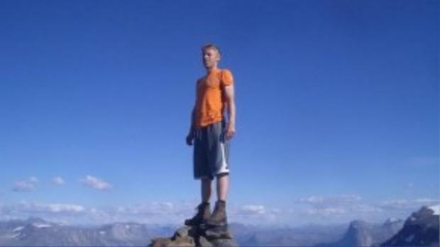 Garfors đứng ở độ cao 1.335 m trên đỉnh Klubbviktind, gần vịnh Skjomen ở Na Uy. Sau đó, hè nào anh cũng quay lại đây và ở trong cabin bằng gỗ anh tự tay xây dựng. Nơi này chỉ có thể tới bằng thuyền, không có đường bộ.