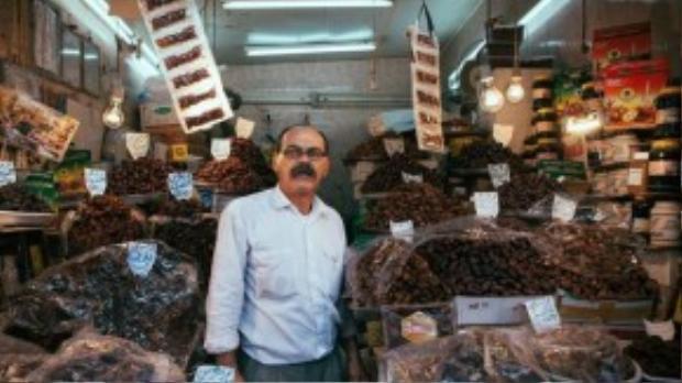 """Anh ghi lại hình ảnh một người đàn ông bán hoa quả khô ở cửa hàng trên vỉa hè Kuwait. Garfors nhận xét Kuwait là """"quốc gia tổng hòa những đặc trưng văn hóa tệ nhất: Hồi giáo cực đoan và tư bản cực đoan"""". Anh không muốn quay lại đây."""