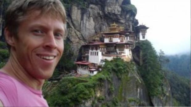 Khi ở Bhutan, Garfors đã tới chiêm ngưỡng Paro Taktsang, một tu viện Phật giáo nằm cheo leo trên vách đá thuộc dãy Himalaya.