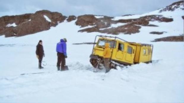 """Trong lúc tới thăm Nam Cực, Garfors và hướng dẫn viên mắc kẹt giữa băng. Hướng dẫn viên của anh đã rút một chiếc Nokia """"cổ lỗ sĩ"""" ra gọi trợ giúp và bảo: """"Ở Nam Cực mọi người rất đoàn kết. Nơi này giống như một Liên Hiệp Quốc thu nhỏ, mọi người giúp đỡ lẫn nhau""""."""