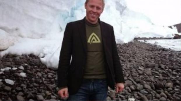 Garfors luôn đem theo áo vest, ngay cả khi tới Nam Cực. Anh cho biết túi trong là nơi anh để những thứ thiết yếu nhất, như hộ chiếu, điện thoại, ví… Chiếc áo vest giúp anh được phục vụ tốt hơn ở hầu hết mọi nơi.