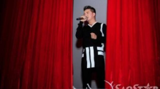 Mr. Đàm lần lượt gửi tặng các khách mời 5 ca khúc trong album.