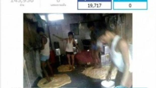 Còn hình ảnh những người đang nhào bột bằng chân thì có xuất sứ tại Thái Lan. Thứ mà họ đang làm chính là bột bánh roti, một loại bánh mì dẹt truyền thống của Ấn Độ, nhưng khá phổ biến ở nhiều nước Đông Nam Á. Hình ảnh này cũng đã xuất hiện trên mạng vào ngày 12/10.
