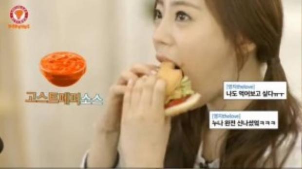 Young Ji của nhóm nhạc KARA thưởng thức chiếc burger trong show Roommate 2.