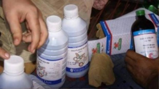 Nguyên liệu đựng trong những chai nhựa và túi nilon không rõ nguồn gốc, xuất xứ.